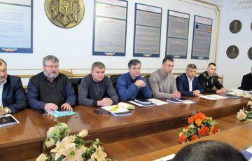 """<div align=justify><font size=3>06.03.2018 IGP Direcția Poliție a mun. Chișinău a organizat o ședință comună între angajații poliției și  instituțiile medicale din mun. Chișinău.<br><br><font size=2> La această ședință au participat: şefii adjuncţi ai Direcției de Poliție a mun. Chişinău; şefii de secţii din cadrul DP a mun. Chişinău (dnii V.Manoli, P.Malai, A.Dodu, A.Grosu, Gh.Rîmari, G.Parlui); şefii Inspectoratelor de Poliție Botanica, Buiucani, Centru, Ciocana și Râșcani cu șefii Secțiilor urmărire penală din subordine. <br>Invitați: reprezentați ai instituțiilor medicale din mun. Chișinău (Institutul de Medicină Urgentă; Centrul Național de Asistență Medicală Urgentă Prespitalicească; Spitalul Clinic Municipal de Copii """"Ignatenco""""; Institutul Mamei şi Copilului; Dispensarul Republican Narcologic și Spitalul Clinic de Psihiatrie).<br>Centrul de Medicină Legală a delegat pe domnii: Vicol Aurel, șef secție Clinică medico-legală Chișinău; Grinceșen Eugeniu, șef secție Tanatologie Chișinău; Tighineanu Sergiu, șef secție Expertize în comisie; Cazacu Vasile, șef Serviciu psihiatrie medico-legală.<br> În cadrul acestei ședințe au fost discutate neconformitățile identificate în conlucrare în vederea identificării soluțiilor pentru înlăturarea lor."""