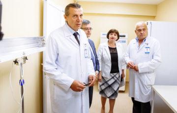 <div align=justify><font size=3>13.06.2018 Centrul de Medicină Legală a lansat Laboratorul de expertiză genetică medico-legală, care este primul laborator de acest gen în Republica Moldova și care va avea ca scop cercetarea țesuturilor și lichidelor biologice în vederea identificării profilului genetic şi/sau comparării acestuia<br><br><font size=2>La eveniment au participat: ministru al Sănătății, Muncii și Protecției Sociale Dna Svetlana CEBOTARI, consilierul principal de stat al Prim-ministrului în domeniul sănătății și dezvoltării sociale Dl Mircea BUGA și angajații Centrului de Medicină Legală.<br><font size=2>Investigațiile molecular-genetice (ADN) efectuate în acest laborator vor soluționa probleme legate de identificarea suspecților; descoperirea crimelor sau delictelor; cercetarea paternității; identificarea victimelor catastrofelor, având un grad înalt de concludență și o certitudine de până la 99,99%. Avantajul acetui tip de investigații este în identificarea genomului uman (ADN) în cantități minime de material biologic divers, cum ar fi: țesuturi, inclusiv oase și dinți, urme lăsate pe obiecte prin contactul mâinilor sau altor părți ale corpului, fire de păr, urme de sânge, salivă, spermă și alte secreții biologice.<br><font size=2>Calea lungă și anevoioasă privind fondarea acestui laborator nu a fost posibilă fără suportul Ministerului Sănătății, Muncii și Protecției Sociale, Guvernului Republicii Moldova, dar nu în ultimul rând și datorită eforturilor depuse de angajații Centrului de Medicină Legală.  Totodată, precizăm că lansarea laboratorului este doar un pas important spre efectuarea expertizelor genetice medico-legale. Urmează a fi continuată instruirea personalului implicat, efectuată setarea și calibrarea aparatajului, elaborate și validate metodele de efectuare a testelor, îndeplinite cerințele standardelor internaționale de calitate.  Centrul de Medicină Legală își asumă responsabilitatea de a asigura funcționarea laboratorului în cel mai scur